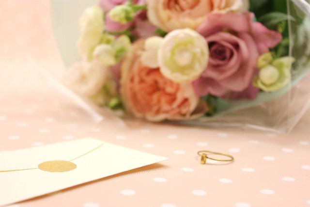 招待状と花束