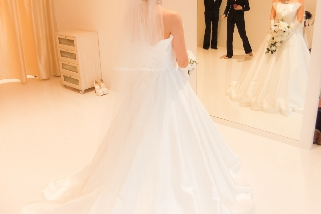ウェディングドレスと鏡